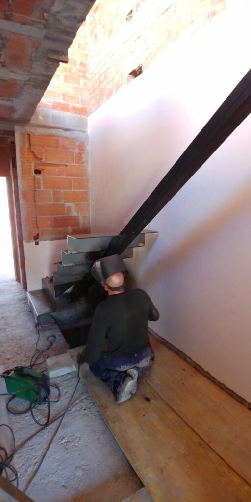 Escala amb planxa de ferro